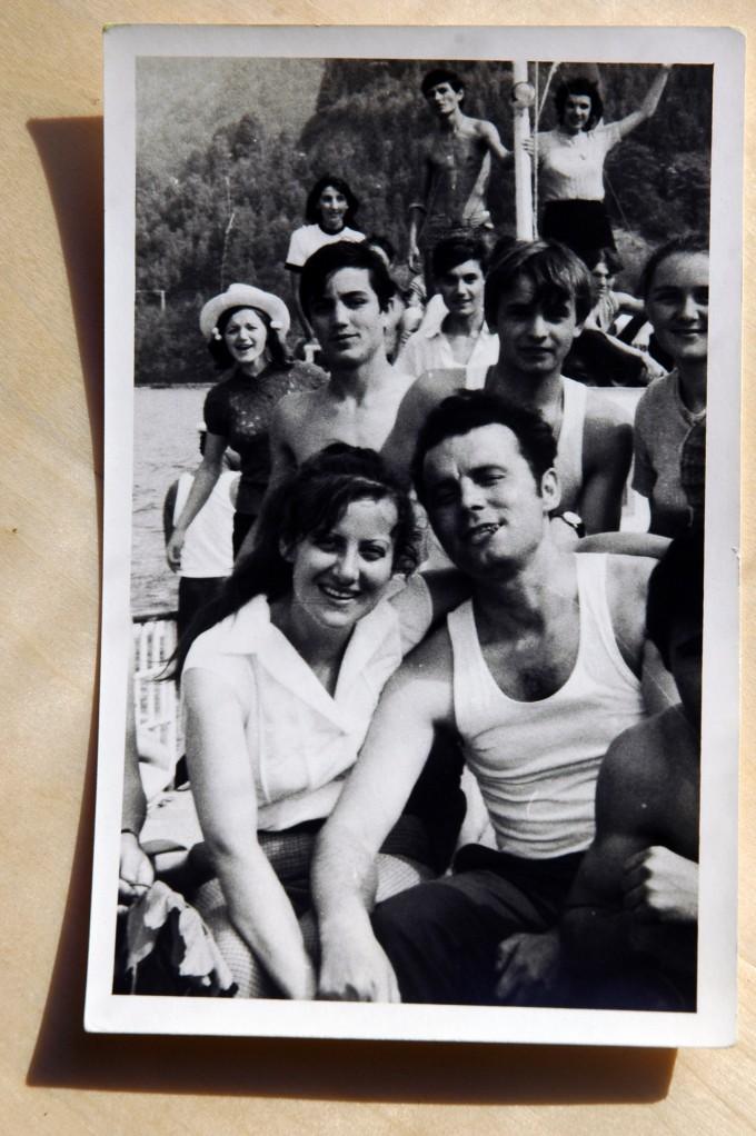 Mama, tata și anii '70, așa cum i-au trăit ei. În spatele lor, o clasă întreagă de elevi a căror profesoară de română era mama. Vacanța lor de vară. Tata fuma Amiral și era, fără îndoială, cel mai cool tip din toată povestea.