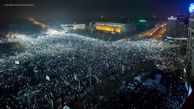 Victoriei-Square-lit-up-by-over-200000-Romanians-on-Sunday-evening-Feb-5